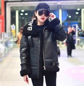 景甜亮相首都机场  黑色皮衣搭配小黑裤美中带酷
