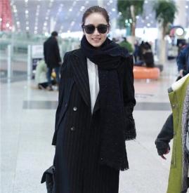 侯佩岑现身北京机场  一身黑色大衣帅气十足