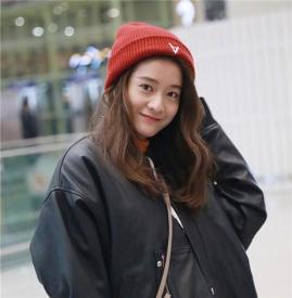 张雪迎皮夹克+针织帽现身机场 不忘补妆偶像包袱有点重~
