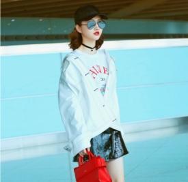 景甜机场私服 半身皮裙秀白皙长腿!